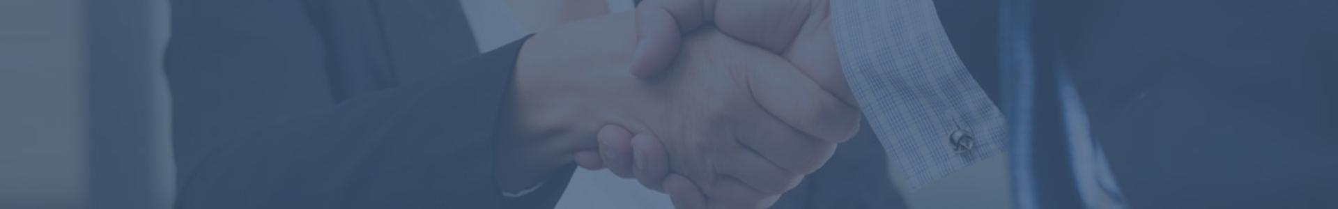 Uścisk dłoni dwóch postaci