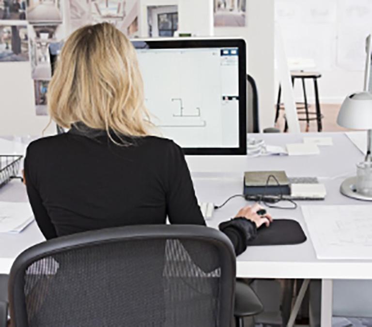 kobieta podczas pracy biurowej