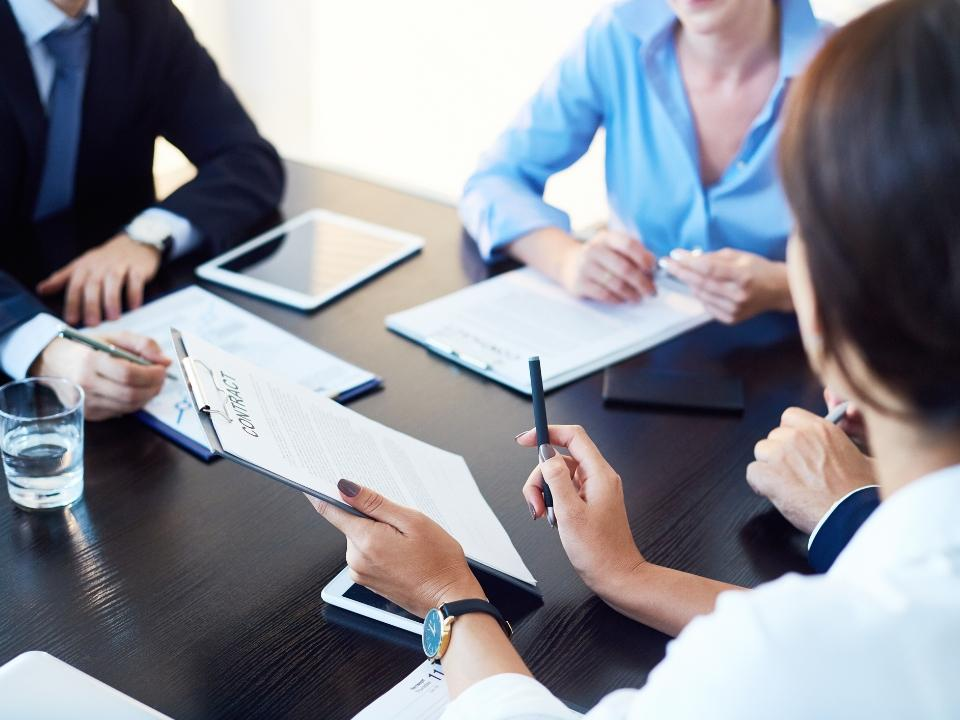 Grupa osób przy biurku